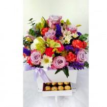 Hermosa y creativa caja floral (con gabeta) y chocolates.